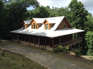 APPALACHIAN ESCAPE. PRIVATE, 4 BR 5 BATHROOM. HIKING. SKI SLOPE 3 MINUTES, SWIMMING POOL, PARTIAL VIEWS. PRISTINE CLEAN - Mars Hill vacation rentals