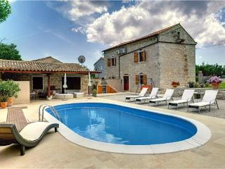Attractive holiday house for 10 persons, with swimming pool , in Manjadvorci - Bratulici vacation rentals