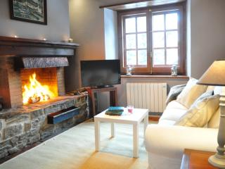 Rustic style apartment with fireplace. Ski in/out in El Tarter / Soldeu Grandvalira mountain resort . - El Tarter vacation rentals