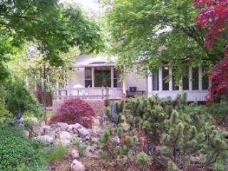 Cottage facing pond - Spacious bungalow  in Olde Towne - Niagara-on-the-Lake - rentals