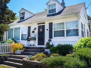 3 Bedroom 2 Bath Midtown Home close to Haystack Rock and Pet friendly! - Cannon Beach vacation rentals