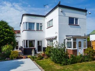 WHITEMANTLE, seaside cottage near beach, WiFi, enclosed garden, sea views, Herne Bay Ref 912238 - Herne Bay vacation rentals