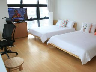 Xlarge Corner Unit Near COEX/CALT/Hyundai Department Store/Samseong Station 2 Queen beds - South Korea vacation rentals