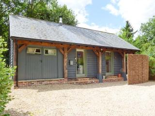 THE CART LODGE, WiFi, shared outdoor pool, woodburner, quaint cottage in Nayland, Ref. 3797 - Suffolk vacation rentals