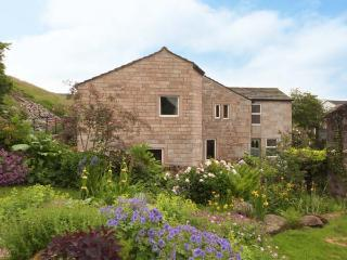 SALTER RAKE GATE COTTAGE, pet-friendly cottage, woodburning stove, WiFi, patio with furniture, near Todmorden, Ref 905529 - West Yorkshire vacation rentals