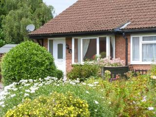 MOORS EDGE, all ground floor, enclosed garden with furniture, great base for exploring North Yorkshire, Ref 906916 - Kirkbymoorside vacation rentals