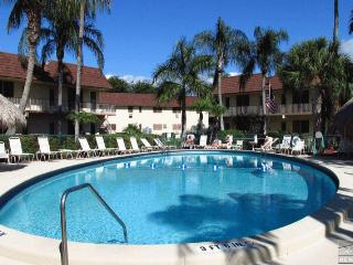 Adorable BEACH COTTAGE LOOK condo close to beach and shopping! - Marco Island vacation rentals