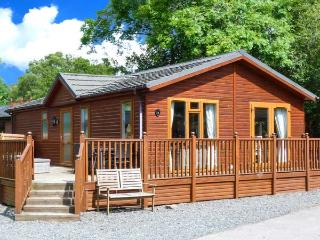 14 THIRLMERE, detached log cabin, hot tub, use of on-site facilities, WiFi, off road parking, in Troutbeck Bridge, Ref 904037 - Troutbeck Bridge vacation rentals