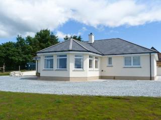 RIVERSIDE COTTAGE, luxury single-storey cottage, woodburner, patio, near Portree, Ref 905866 - Isle of Skye vacation rentals
