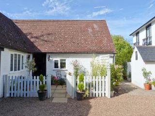 EDGEWOOD HOUSE COTTAGE, enclosed garden, WiFi, woodburner, beams, all ground floor, Ref 912345 - Kent vacation rentals