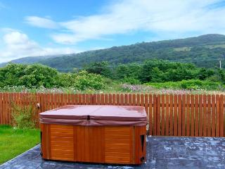 CEFNFOR AWEL, king-size beds, en-suite facilities, underfloor heating, hot tub on patio, close to beach, in Harlech, Ref 913210 - Harlech vacation rentals