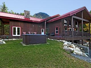 Luxurious Lodge w/ hot tub & view by Stevens Pass - Skykomish vacation rentals