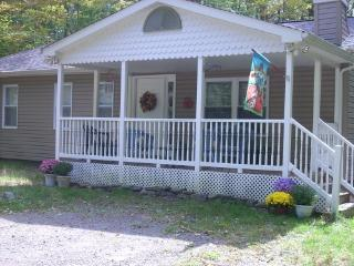 Arrowhead Lake PA Cozy Rancher- 3 BR with Hot Tub - Pocono Lake vacation rentals