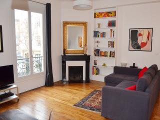 Marais, Elegant & Stylish 2BR/2BA Near Picasso Mus - 11th Arrondissement Popincourt vacation rentals
