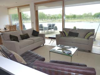 Gorgeous Lakeside Holiday Home in the Cotswolds - South Cerney vacation rentals