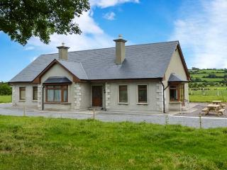 STEPHEN'S COTTAGE, en-suite facilities, ground floor accommodation, open fire, Ref 914549 - Killorglin vacation rentals