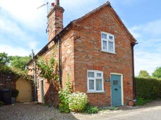 PEAR TREE COTTAGE, multi-fuel stove, WiFi, garden with patio and furniture, in Castle Acre, Ref 914885 - Norfolk vacation rentals