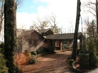 Exceptional vacation home in Highlands, NC sleeps 6! 2 decks and firepit – must see property! - Highlands vacation rentals