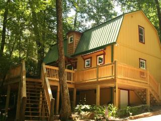 Beautiful 2 bed vacation rental in Highlands, NC. Open deck and dining area outside. Great for families or couples - Blue Ridge Mountains vacation rentals