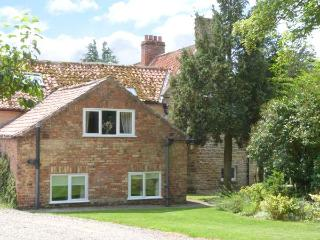 APPLE COTTAGE, romantic retreat, shared indoor heated swimming pool and Jacuzzi, close to moors and coast, in Ebberston, Ref 914 - Ebberston vacation rentals