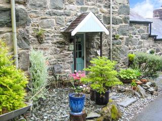 BRYN HYFRYD BACH, romantic, character holiday cottage, with open fire in Llanbedr, Ref 1706 - Snowdonia National Park Area vacation rentals