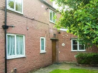 BRETTON HOUSE COTTAGE, family-friendly, near to city centre, good touring base in Chester, Ref 28402 - Flintshire vacation rentals