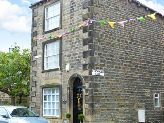 CHRISTMAS COTTAGE, feature beams and stonework, woodburning stove, WiFi, centre of Addingham, Ref 29732 - Addingham vacation rentals
