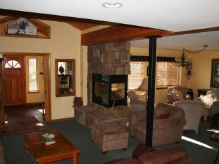 SLEEPS 8 WITH GARAGE AND PRIVATE HOT TUB! - Wildernest vacation rentals