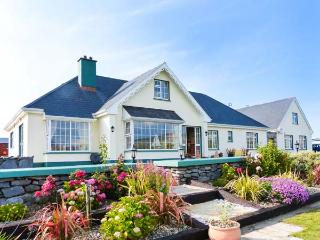 DONOUR LODGE, en-suite facilities, sauna, sea views from patio, WiFi, close to Blue Flag beach, Ref 915132 - County Clare vacation rentals
