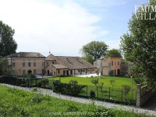 La Cascina sul Po 12+2 - Borgoforte vacation rentals