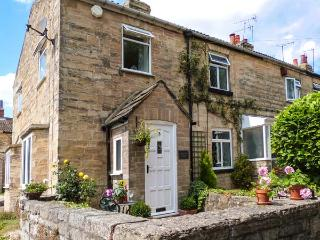 CABBAGE HALL COTTAGE, pet-friendly cottage, close pubs, romantic retreat, WiFi, Clifford nr Wetherby Ref 29119 - Wetherby vacation rentals