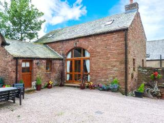 COBBLESTONE BARN, detached, multi-fuel stove, en-suite, village location, in Melmerby, Ref 914694 - Lake District vacation rentals