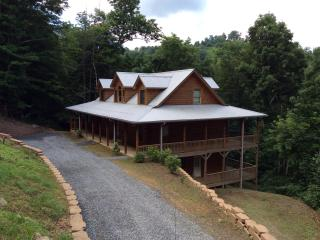 APPALACHIAN ESCAPE. PRIVATE, 4 BR 5 BATHROOM. HIKING. SKI SLOPE 3 MINUTES, SWIMMING POOL, PARTIAL VIEWS. PRISTINE CLEAN - Burnsville vacation rentals
