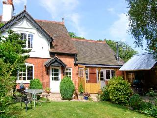 GROVE BANK COTTAGE, brick-built cottage, all ground floor, multi-fuel stove, parking, garden, in Craven Arms, Ref 905936 - Shropshire vacation rentals