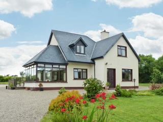 BRIDGE HOUSE, spacious detached cottage, large gardens, in Bannow near Carrick, Ref 915261 - Bannow vacation rentals