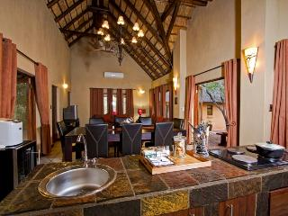 Warthog Rest Kitchen Open Plan - Warthog Rest Private Lodge