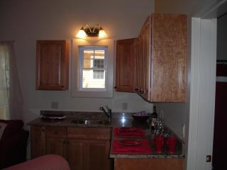 Kitchenette w/granite counter tops. - The Moxie Oceanfront Luxury Cottage