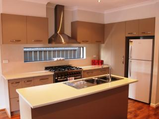 VILLA MARIGOLD MELBOURNE + FREE CAR RENTAL - Greater Melbourne vacation rentals