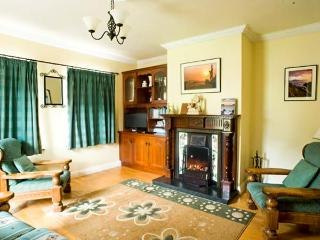 EAGLE'S REST, en-suites, open fire, sea views, pet-friendly cottage near Ballyferriter, Ref. 915382 - Dingle Peninsula vacation rentals