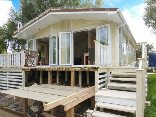 4 ELM DRIVE, lodge with hot tub, by lake, on-site facilities inc. swimming pool, Tattershall Ref 916145 - Lincolnshire vacation rentals