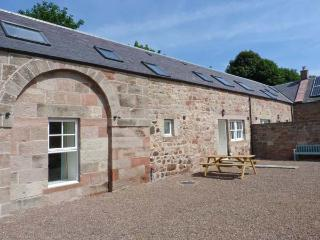 STEWARDS HOUSE, end-terrace cottage, woodburning stove, enclosed courtyard, in Chirnside, Ref 913931 - Scottish Borders vacation rentals