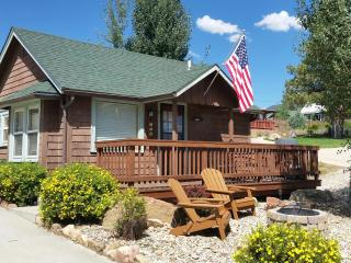 Vintage Downtown Estes Park. Romantic, Cozy, Historic 1907 Cabin. Walk to everything!! - Estes Park vacation rentals