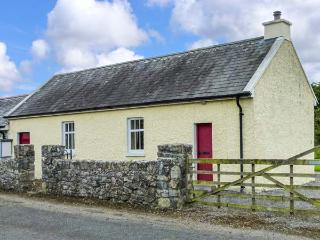 COURT HOUSE, multi-fuel stove, romantic retreat, garden with furniture, in Lorrha, Ref 915466 - County Tipperary vacation rentals