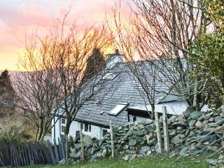 TY ISEL, woodburner, pet welcome, pretty views, original features, detached cottage near Bethesda, Ref. 22022 - Tregarth vacation rentals