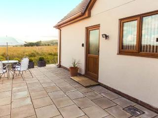 LLIA CYSGLYD, all ground floor annexe, panoramic mountain views, en-suite, WiFi, parking, garden, in Brecon, Ref 904201 - Brecon Beacons National Park vacation rentals