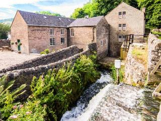THE MALTHOUSE, en-suite facilities, feature beams and stonework, WiFi, garden and mill pond, in Cromford, Ref 17888 - Derbyshire vacation rentals
