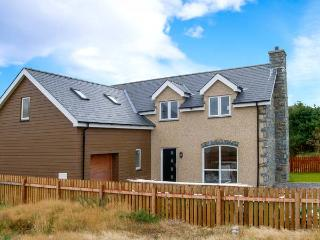 CEFNFOR AWEL, king-size beds, en-suite facilities, underfloor heating, close to beach, in Harlech, Ref 913210 - Snowdonia National Park Area vacation rentals
