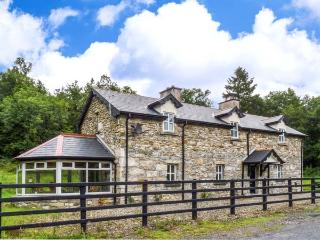 BRAMBLE LODGE, close to River Shannon, woodburner, pet-friendly detached cottage near Leitrim, Ref. 916117 - County Leitrim vacation rentals