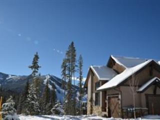Lakota 301: Stunning townhome in coveted Lakota neighborhood.  2 minute drive to the slopes. - Winter Park vacation rentals