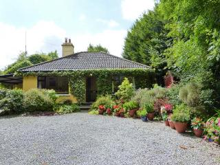 KERRIKYLE, pet-friendly, ground floor cottage with open fire, near Ardagh, Ref. 915740 - County Limerick vacation rentals